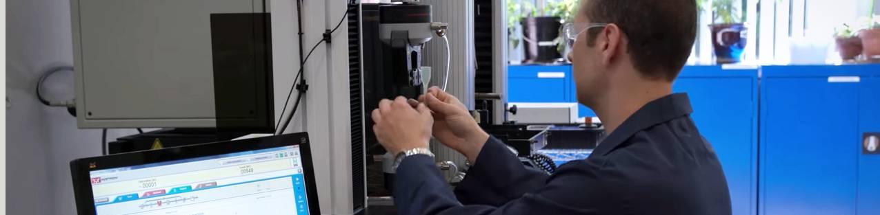 Ingeniero de aplicaciones de Dymax trabajando en la planta