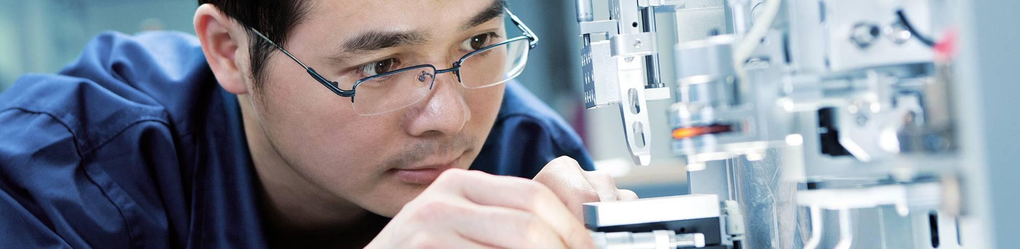 Hombre trabajando en laboratorio