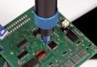 eco-PEN450 de Dymax dispensando material líquido sobre una tarjeta de circuito